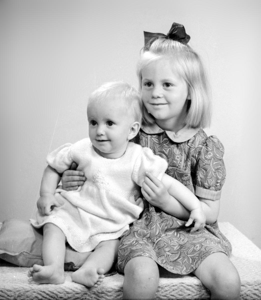 Lena Abrahamsson, f den 2 oktober 1946, och storasyster Siv Margareta Abrahamsson, f den 3 augusti 1942, Sikvik, Bomhus. Föräldrar: Sven Abrahamsson, f den 5 november 1909, och Rut Abrahamsson, f Wikström den 19 februari 1914. Foto i juni 1947.