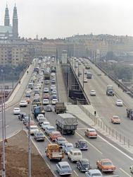 Stockholm. Vy över morgontrafik på Liljeholmsbron med Högali