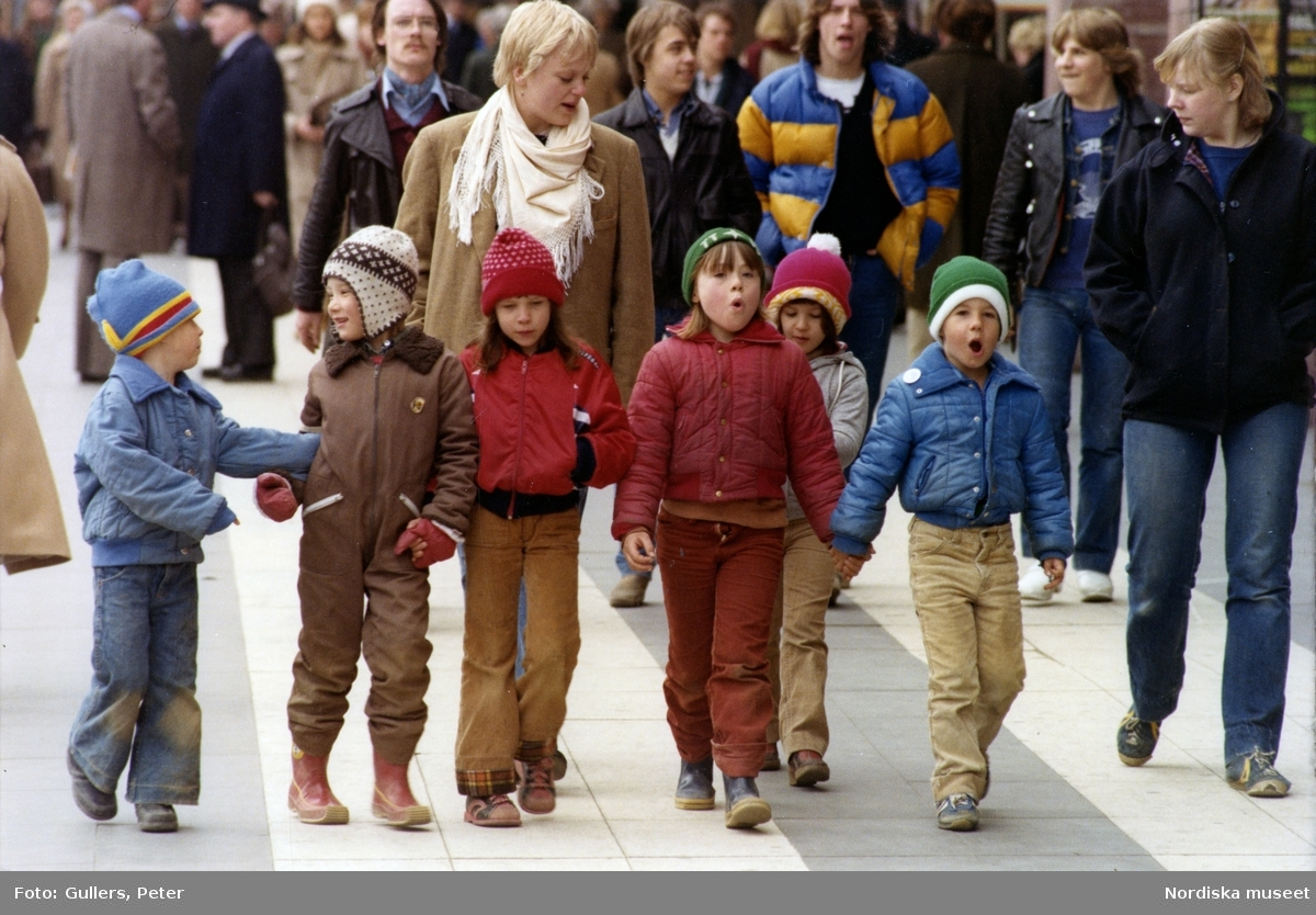 Stockholm. Barn går i bredd på en gata.