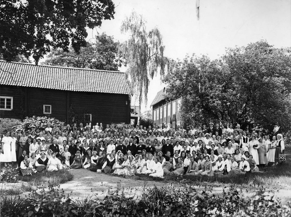 Möte vid Prostgården. Ca 200 pers.Kyrkoherde Gustafsson i mitten och Gerda Holmberg i Göingedräkt.