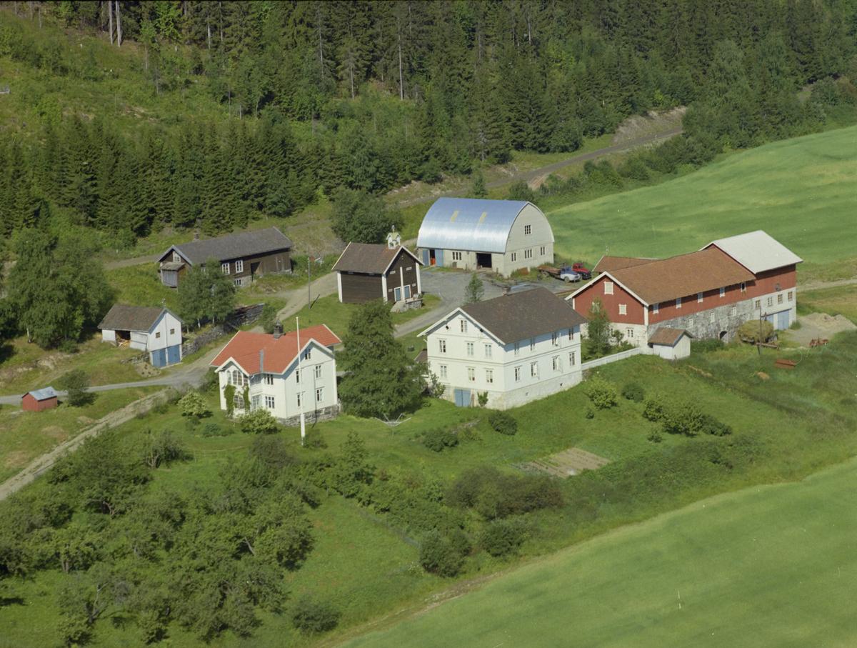 Tråset/Troset/ Traaseth søre, Vingnes, Lillehammer. Moderne driftsbygning med rundet metalltak, stabbur, kulturlandskap, bygninger, gårdsbruk, skog.