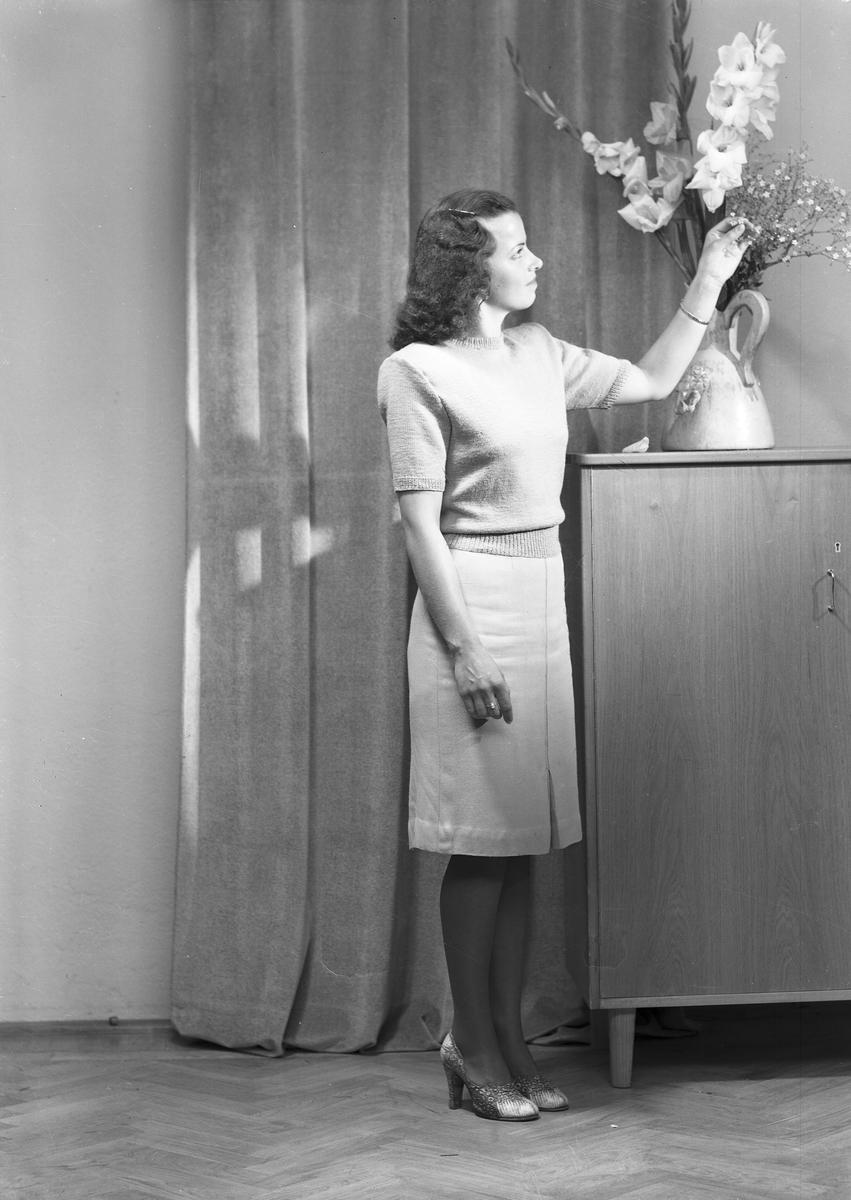 Ferdinand Sjöbergs garn. Kvinnlig modell visar stickad jumper av garn från Sjöbergs
