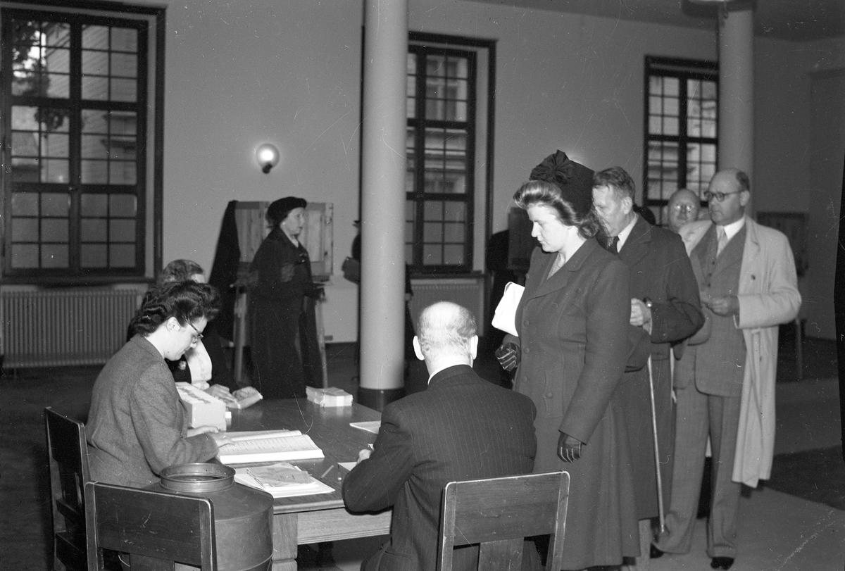 Från valdagen den 14 september 1946. Inne i röstlokalen