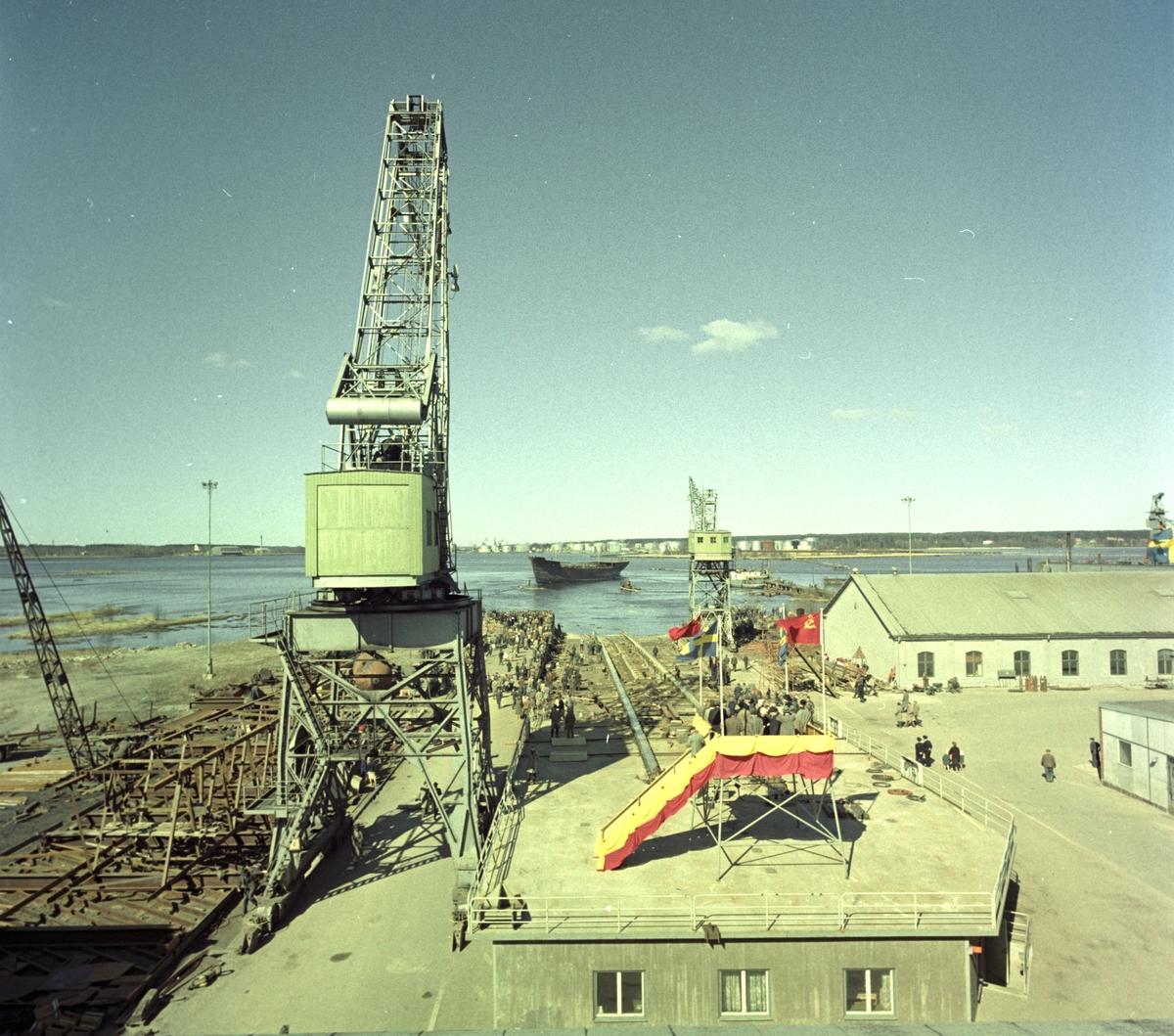 Stapelavlöpning. 18 april 1961. Gävle Varv anlades 1873. Efter en konkurs 1921 bildades Gefle Varfvs och Verkstads Nya AB, som bland annat tillverkade oljecisterner och utrustningar till pappersmassefabriker. På 1940-talet återupptogs skeppsbyggeriet.
