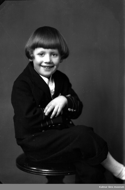 Ateljébild. Enligt Walter Olsons journal är bilden beställd av fru till köpman Gust. Danielsson.