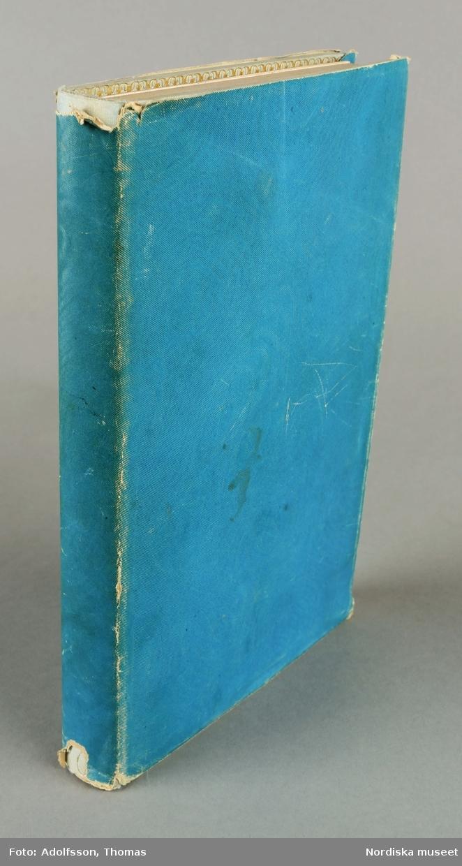"Huvudliggaren: ""Bok (Les petits mystères de l'opera, Paris 1844). bunden i pärlblått siden med Emilie Högqvists exlibris. Ink. 22/1 1901 Borgquist Christina, Stockholm 3:- (Räkensk. bil. 110. 1901."""
