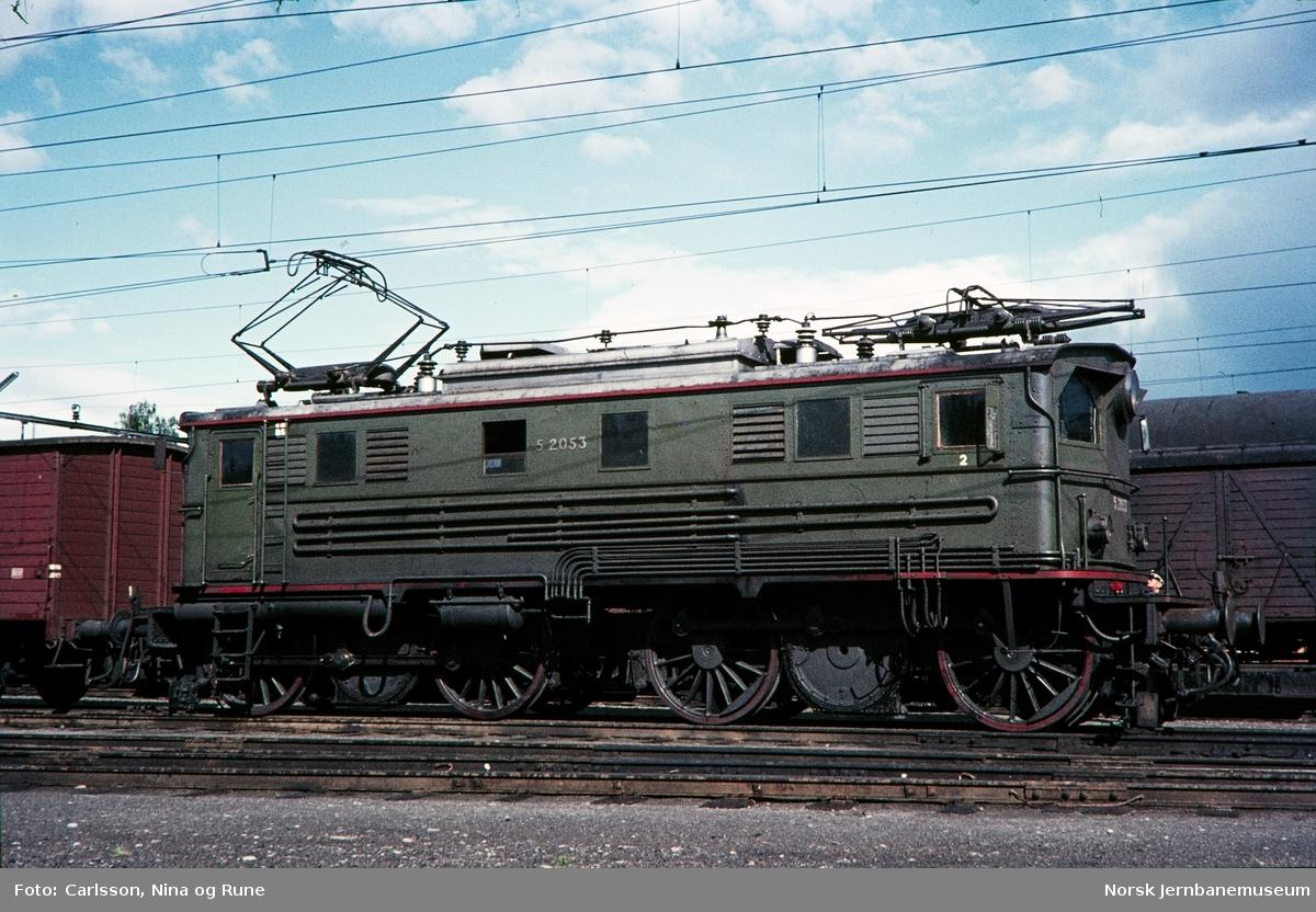 Elektrisk lokomotiv El 5 2053 på Eina stasjon