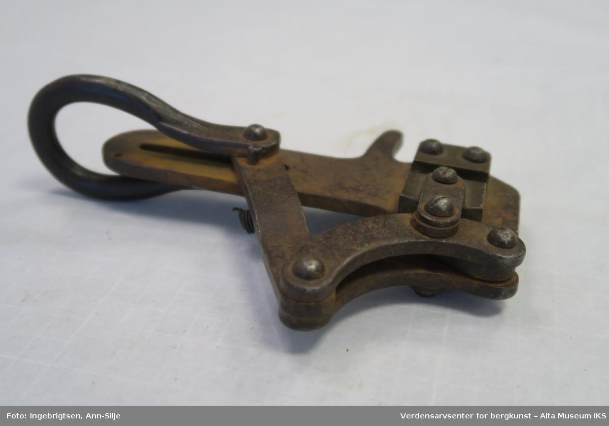 Strekktang med dobbeltsidig gripeklo for jern- og kopperstreng.