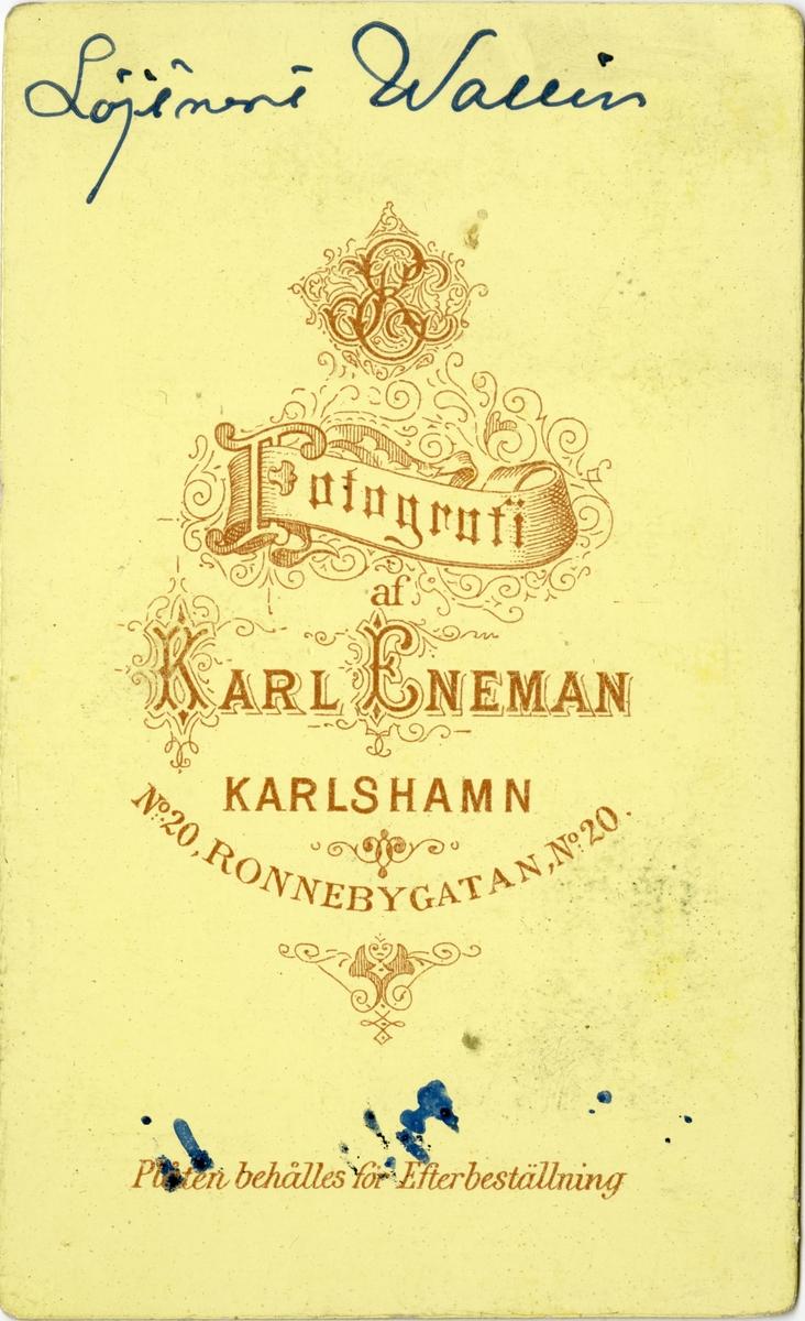 Porträtt av Gusta Emil Wallin, underlöjtnant vid Kronobergs regemente I 11.  Se även bild AMA.0021731.