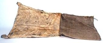 Säck där nedre delen är av kalvskinn och  övre delen är av linneväv .