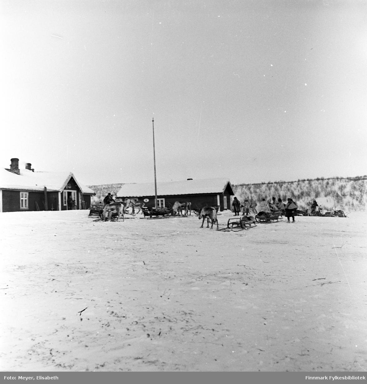 Statens fjellstue, Suolovuopmi Fjellstue i Maze fotografert ved påsketider 1940. Suolovuopmi fjellstue ble etablert i 1843 og var den første som ble etablert i Finnmark. Etterspørselen etter overnattingssted i indre Finnmark kom da post og fogd skulle ut å reise. Fjellposten, som begynte i 1799 gikk fra Hammerfest til Haparanda om vinteren. Suolovuopmi Fjellstue ble brent under krigen i 1944 og ble så gjenoppbygd etter krigen - og er fortsatt i drift.