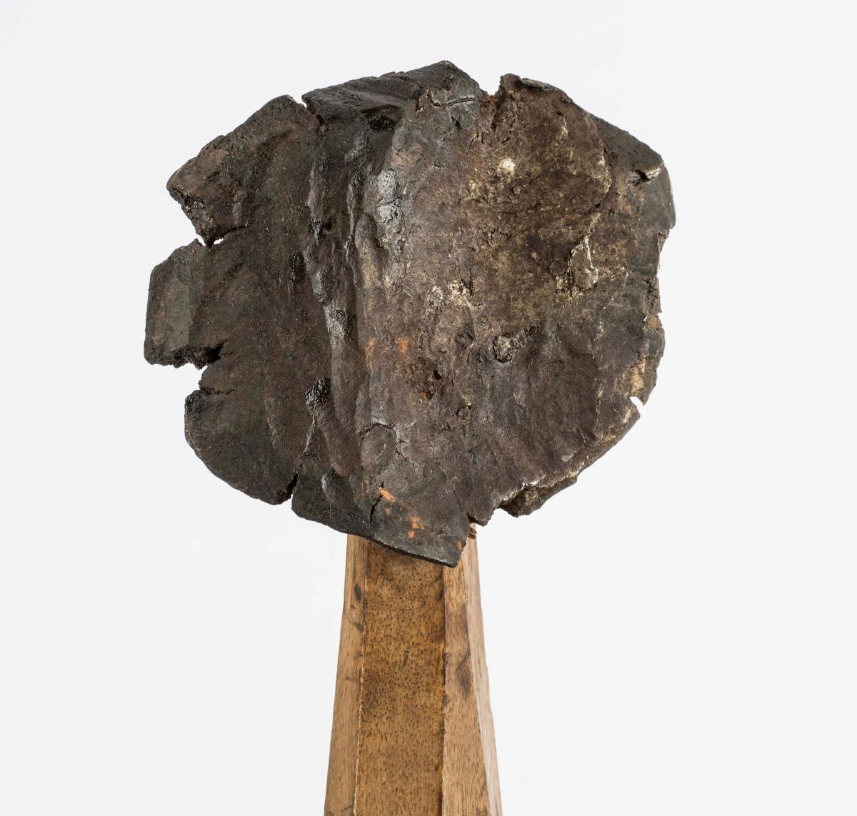 """""""Bruktes til å slå not og fjær i planken som bruktes til vannsumper. Not og fjær passet til hinannen da vannet kom til svellet de ut og ble helt tette."""" NTM: """"Disse bruktes når man skulle bygge en vannsump. Planken var ikke høvlet eller pløyd. Det ble så på sidene med disse sinker slått inn not og fjær idet man slo på sinken med en slegge. Da planken på denne måte ble satt sammen og utsatt for vannet, este planket ut igjen og det hele ble meget tett."""" Jf. BVM 346."""