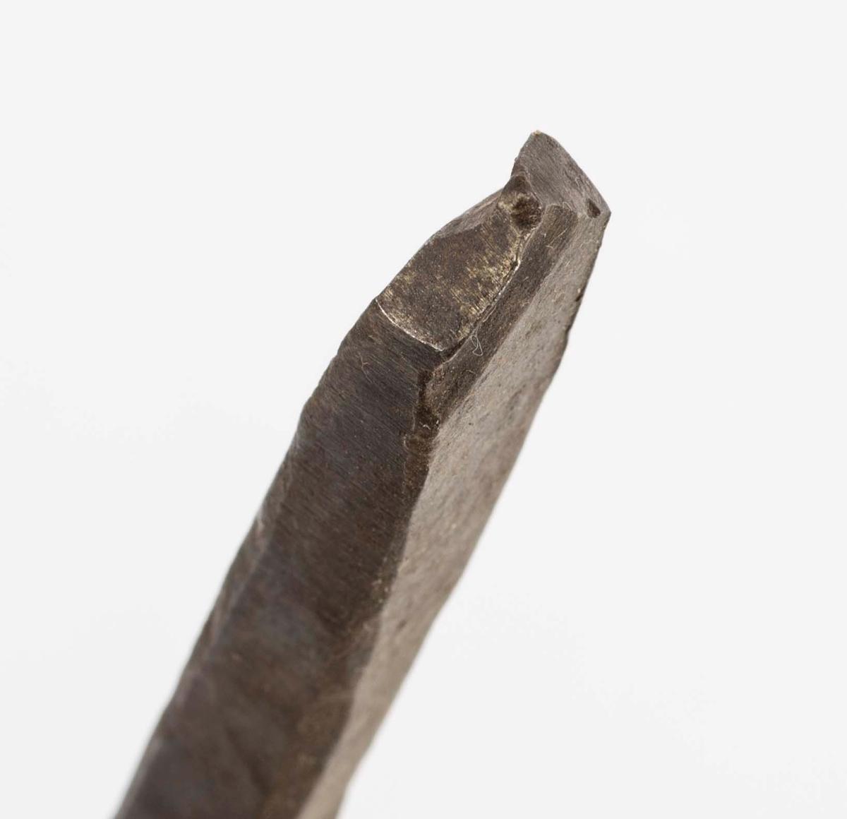 """NTM: """"Disse gamle jernbor er smidd ved Sølvverket og var alminnelig brukt på slutten av det 19de århundre."""" Jf. BVM 109, 3973-3974 og 3976."""