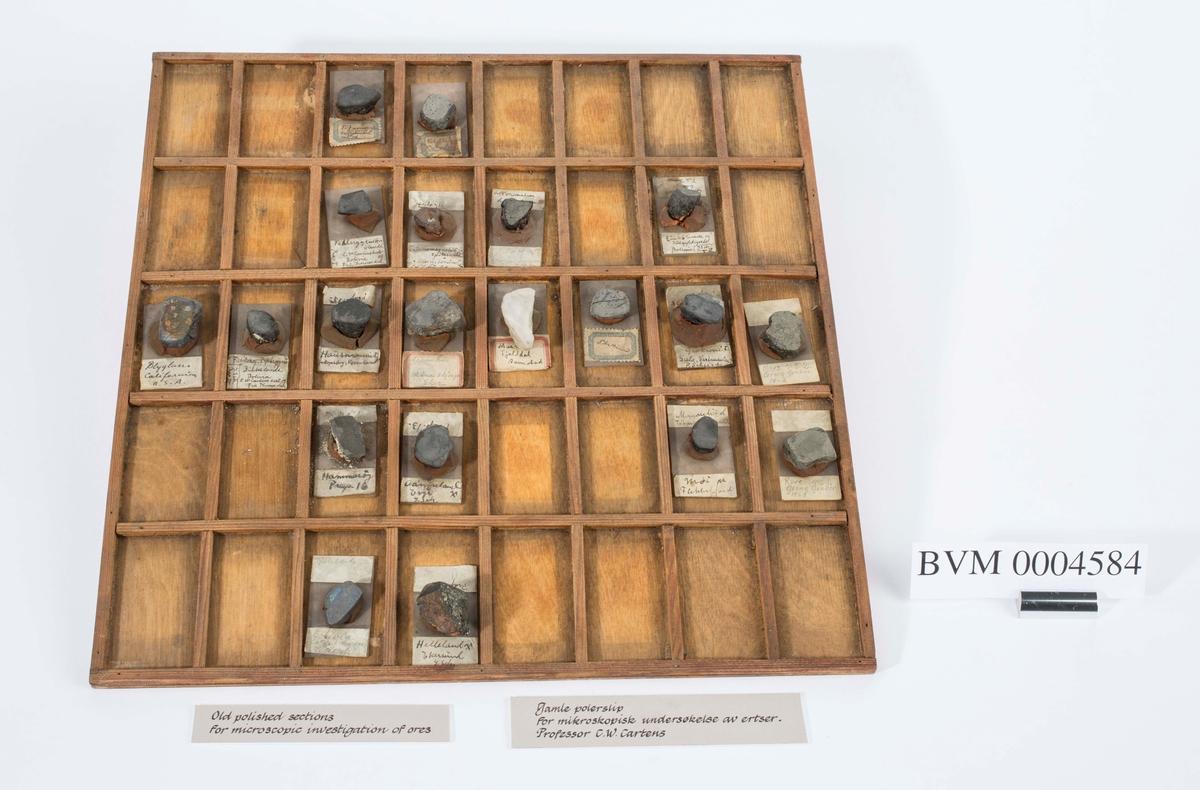 Gamle polerslip for mikroskopiske undersøkelser av ertser ved professor C. W. Carstens. Trebrett inndelt i 40 felt hvor 20 ulike slip ligger. Brukt ved Universitetet i Oslo, institutt for geologi.