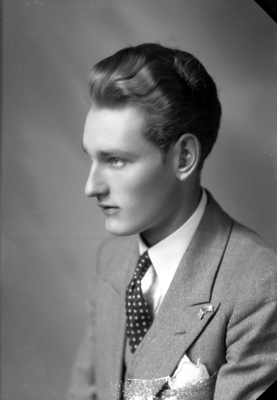Ateljébild på en man i kostym, väst och slips. Beställare till bilden: Erik Sjöholm ifrån Kalmar.