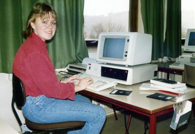Jente med PC 80-tallet. Foto/Photo