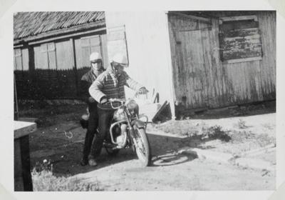 Gutt med motorsykkel på Enerhaugen