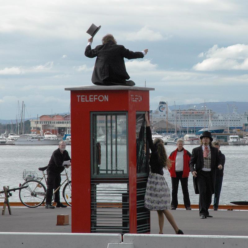 Drama rundt den vernede telefonkiosken på Akershuskaia. (Foto/Photo)