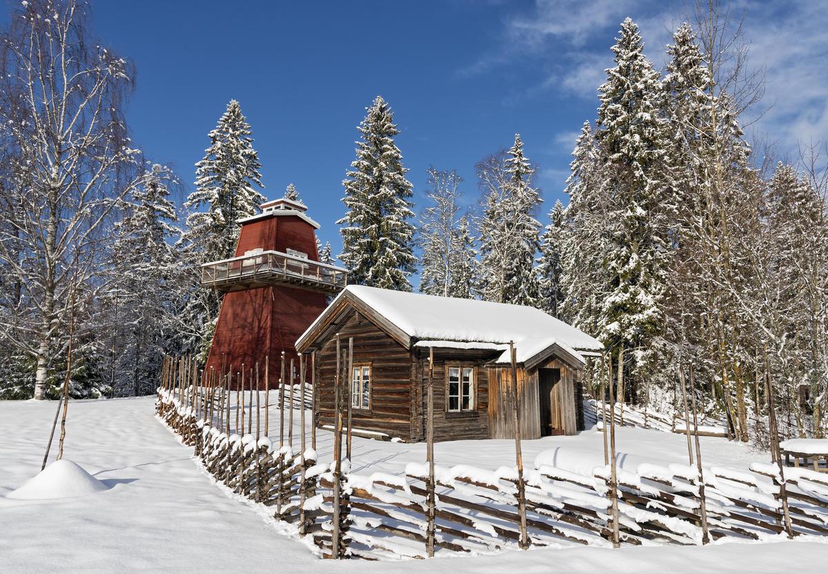 Skogvokterboligen og brannvakttårnet en vakker vinterdag.