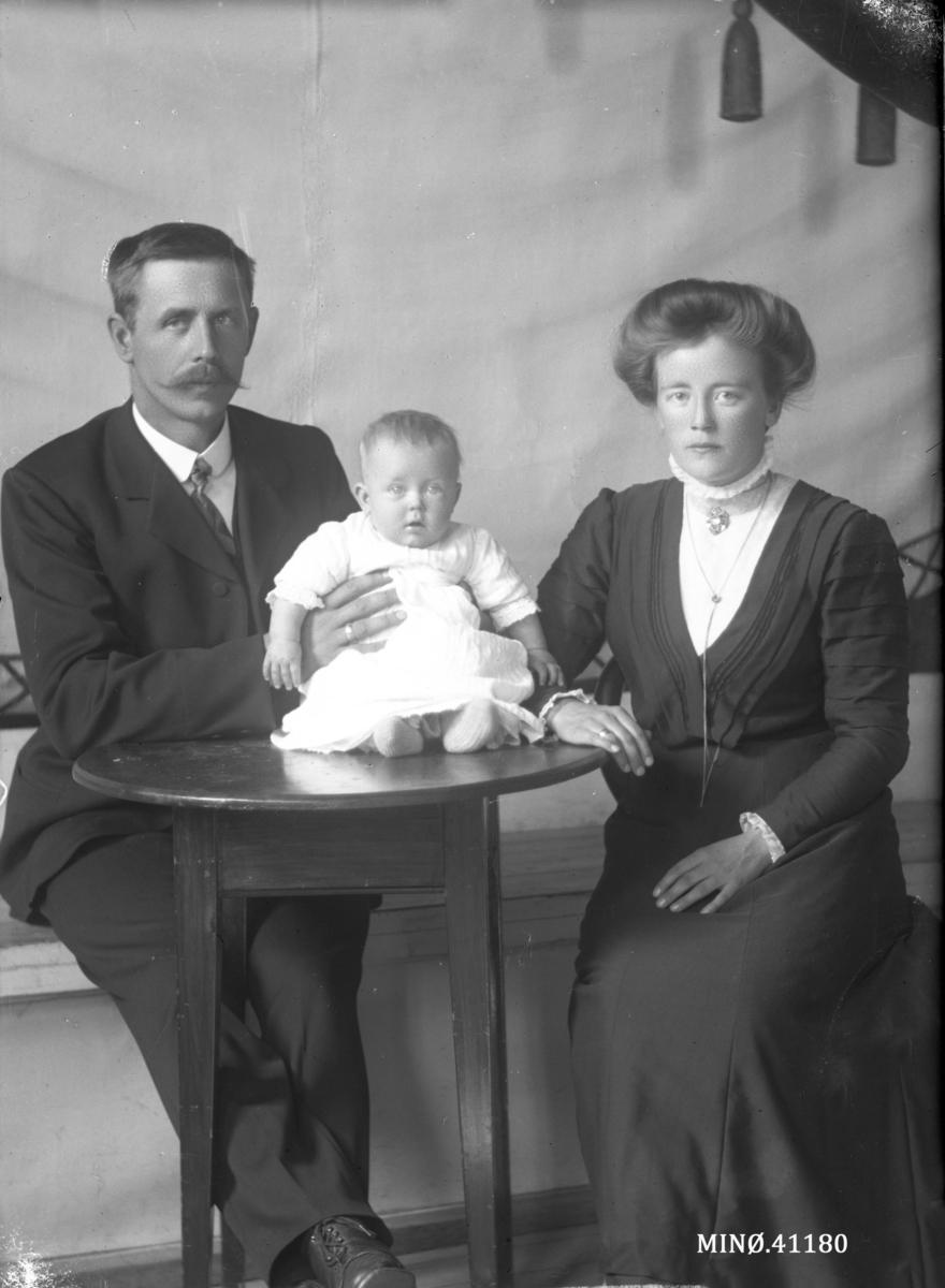 Portrett av liten familie. Kristen Mathisen, født 14.9.1877 Våle. Tønsberg, død 9.9.1929. Gift med Toline Pedersdatter Stigerhaugen, født 6.7.1892. Dattera Tora Konstanse født 29.2.1912 (gift Tellebon)