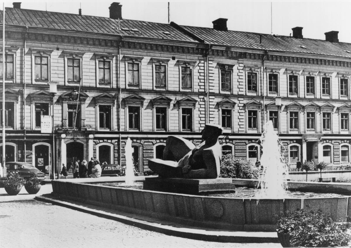 Gävle stad – Norr, Esplanaden. Erik Grates skulptur Gudinna vid Hyperboreiskt hav vid Rådhustorget.