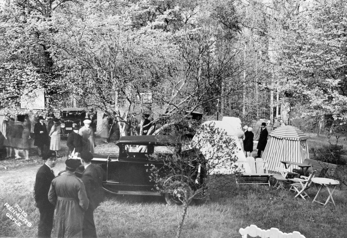 Hagaström, Arvontältet. Utställning av tält från A. Nilssons fabrik vid Basvägen i Hagaström, (omkring 1930).  Bilen en Chevrolet Landaulette 1929.