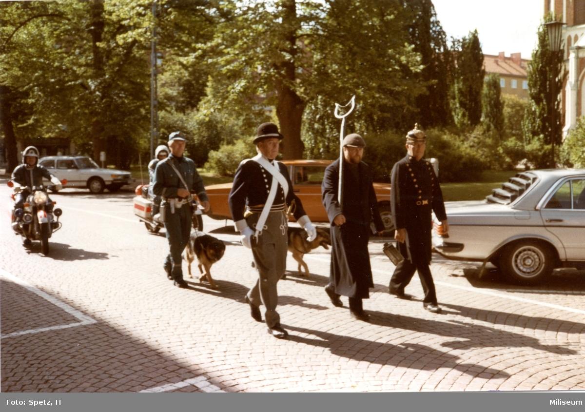 Frivilligförsvarets dag. Polisdräkter genom tiderna.