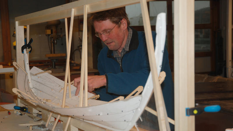 Modellen tar form. Båtbygger Lars bygger modell i papp og plast.