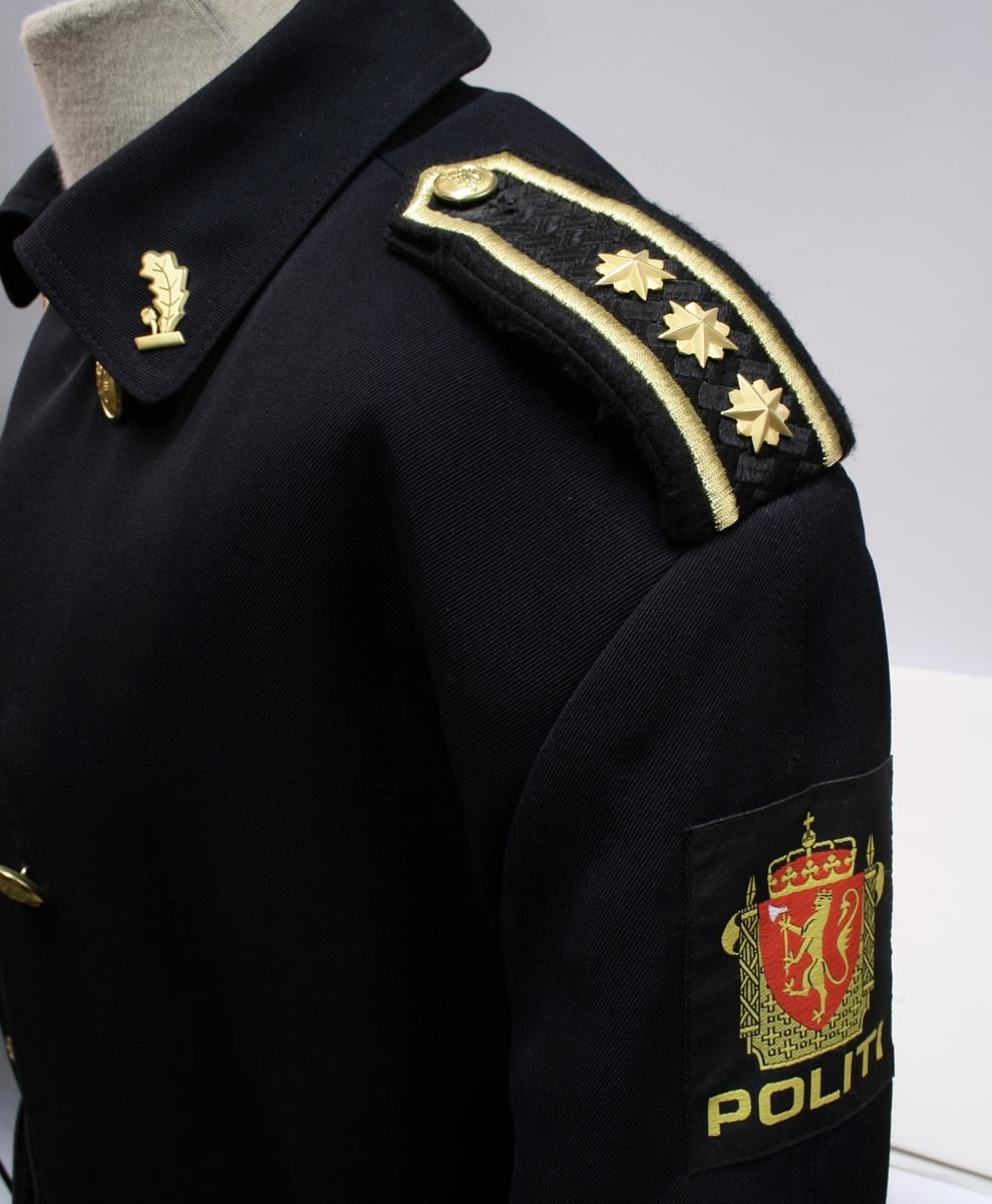 Sort uniformsjakke. Sort uniformsbukse. Sort uniformsfrakk med belte. Sort uniformsjjakke i skinn. Tre lyseblå uniformsskjorter. Politimerking etter 1995-reglementet og distinksjoner for lensmann.
