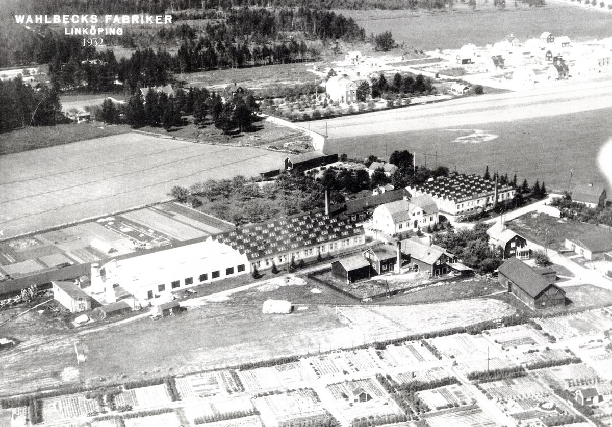 Orig. text: Vy över Wahlbecks Fabriker Linköping, 1932. År 1876 startade Adolf Fredrik Wahlbeck ett eget repslageri. Han lät uppföra en cirka tre hundra meter lång repslagarbana väster om Kanberget. Av banan låg cirka åttio meter under tak, medan återstoden löpte i det fria. Banans norra ände slutade där numera Storgatan 90 och 92 gränsar till varandra. I början av 1910-talet flyttades verksamheten till ett område strax söder om griftegården, kallad Johannesborg, ibland Johannisborg. År 1970 såldes reptillverkningen och 1972 köptes Wahlbecks upp av golvföretaget Tarkett i Ronneby.