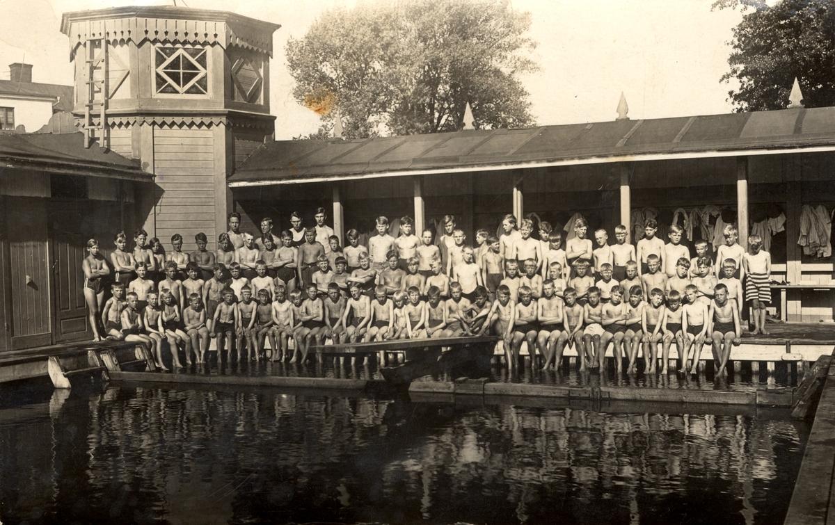 Orig. text: Simskolans elever 1927 kallbadhuset Stångån LinköpingKallbadhuset för herrar låg strax norr om nuvarande Drottningbron längs östra stranden.