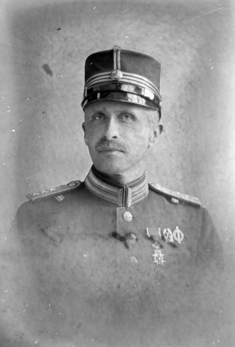 Oscar Petrus Grundell, född 1872.  Major vid Hälsinge Regemente och gymnastiklärare vid Borgarskolan, Gävle.