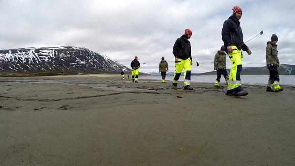 Fotomontasje: To arkeologer leter systematisk etter garnsøkker og sløedeler på gammel sjøbunn i Tesse.. Foto/Photo