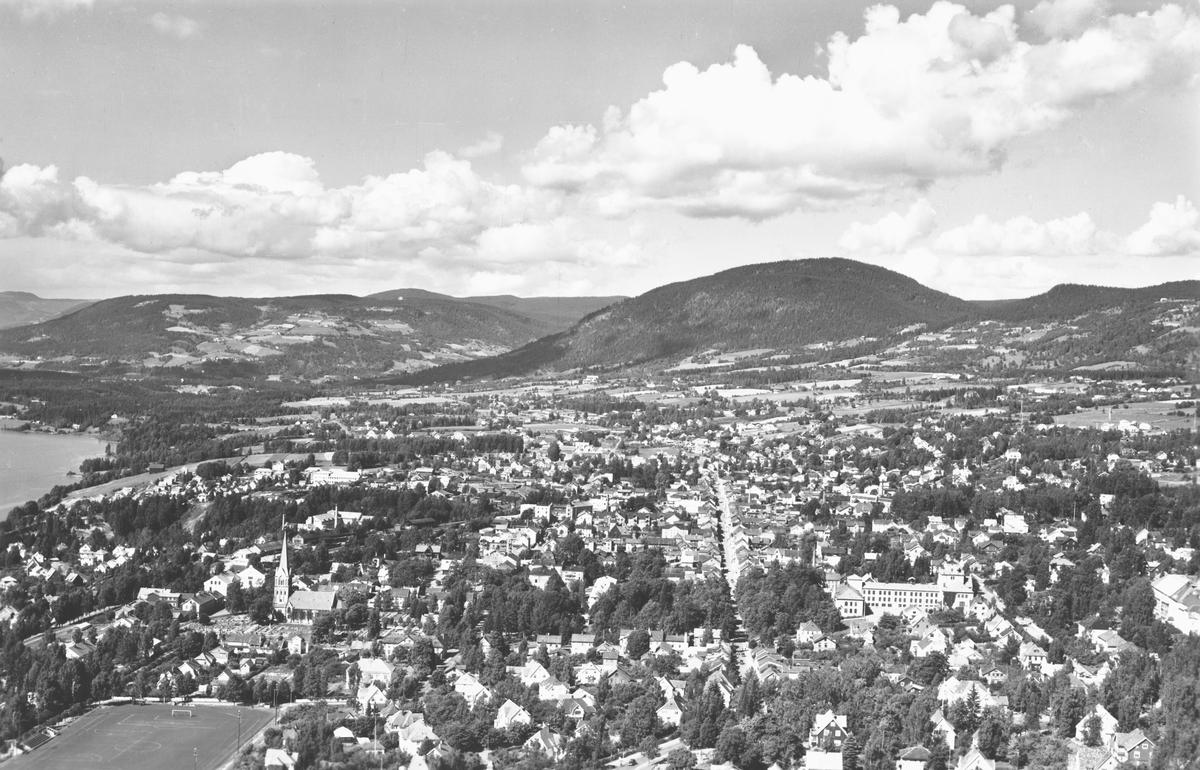 Flyfoto, Lillehammer. Oversiktsbilde. Lillehammer kirke, Lillehammer høyere almenskole. Sportsplassen ses i forgrunnen t.v. I bakgrunnen Balbergkampen og Jørstadhøgda.
