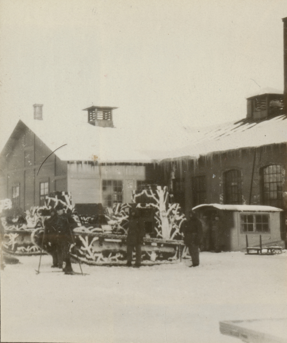 Två stridsvagnar m/1921 (eller m/1921-1929) på Norrbottens regementes kaserngård.