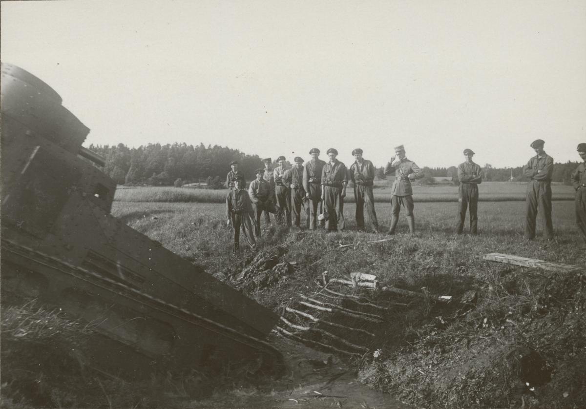 Stridsvagnskursen vid Göta livgardes stridsvagnsbataljon övar att köra över ett dike med stridsvagn m/1921 (eller m/1921-1929).