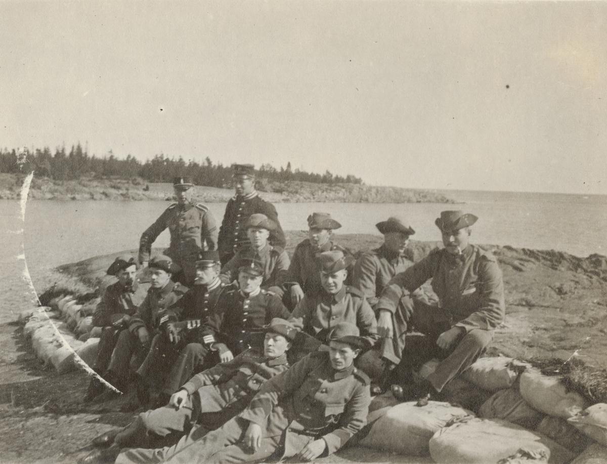 Gruppbild av soldater från Göta livgarde I 2 på stranden.