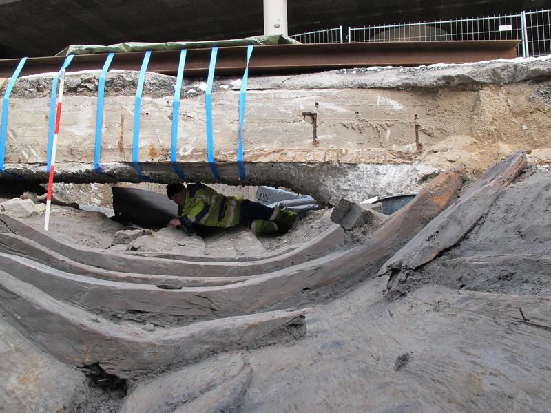 Utgravning av Vaterland 1 i Oslo sentrum, Arkeolog utforsker båtvrak under bru. Det gjelder å være tilpasningsdyktig når vrakene ikke ligger lett tilgjengelig. (Foto/Photo)