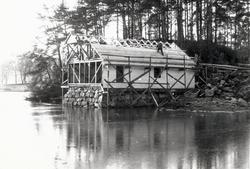 Bildeserie av gjenoppføringa av Larsnesbua, også kallt Selje
