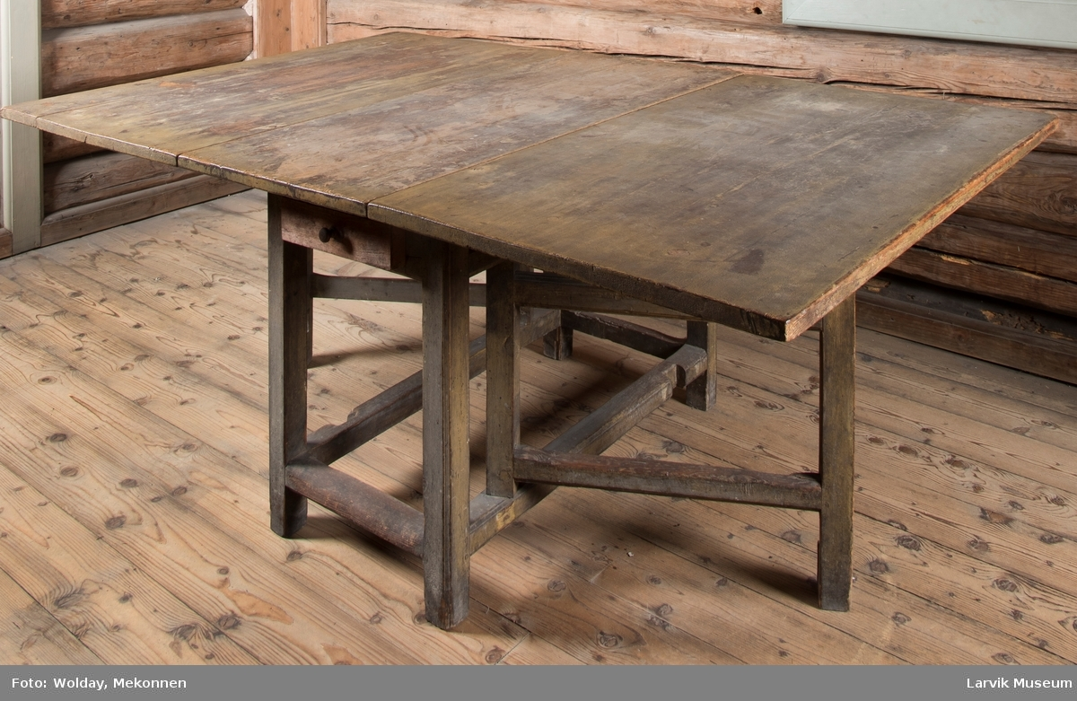 Bordet har 4 rette ben med rette bindinger mellom.  Stor klaff på begge sider som blir holdt oppe av støtter, festet til bindingene oppe og nede. En skuff i forkant. Klaffene er festet med jernbeslag.
