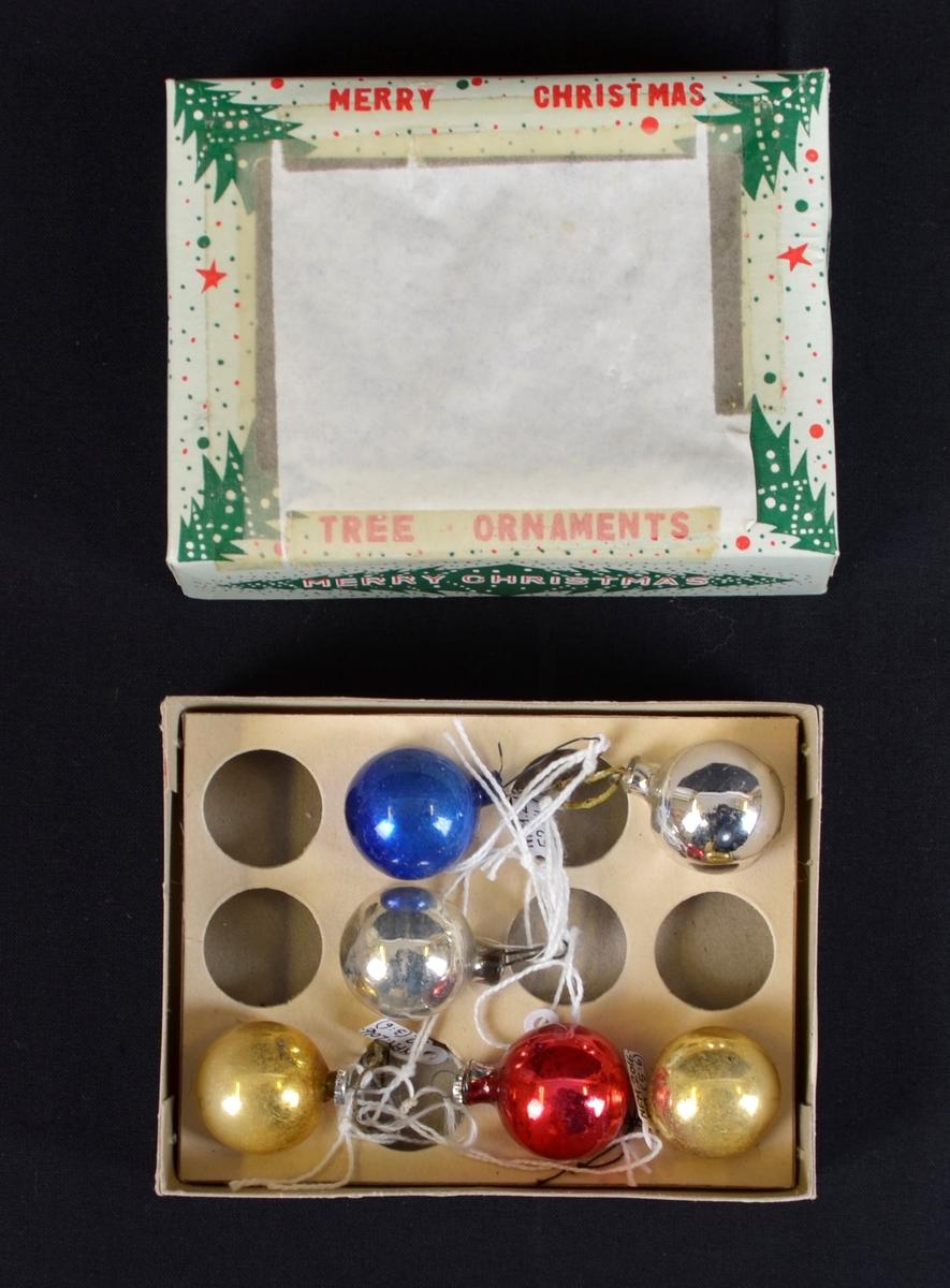 6 små julekuler i glas, som ligg i ei pappøskje på eit pappbrett med runde hol. Truleg original øskje. Farger: 1 blå, 1 raud, 2 gull, 2 sølv. Oppheng med løkkje i tråd, metall, 3 med original metallring.