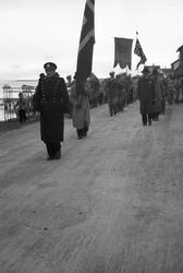 Vadsø 17. mai 1951. Musikkkorps masjerer i Indrebyen, antas