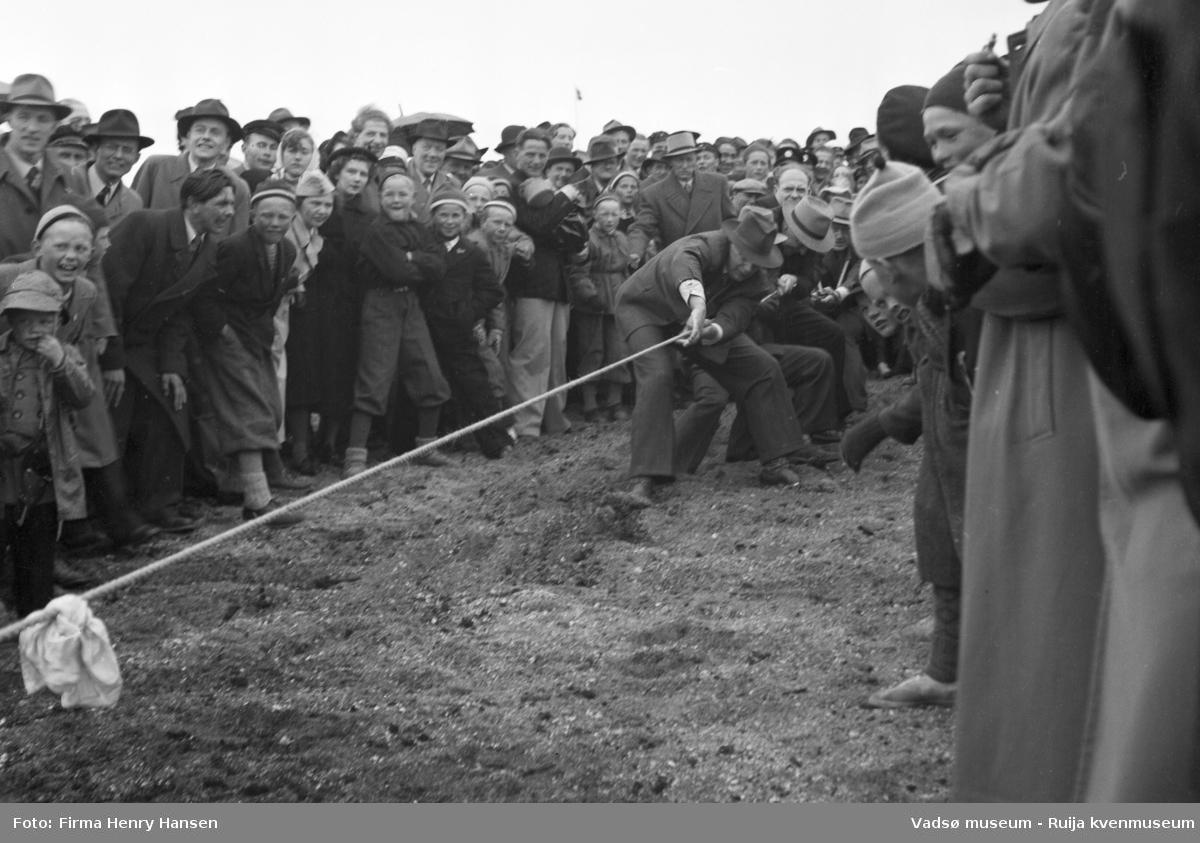 Vadsø 17 mai 1951. Tautrekkingskonkurranse, trolig på idrettsbanen. I enden av tauet ser vi fire menn.