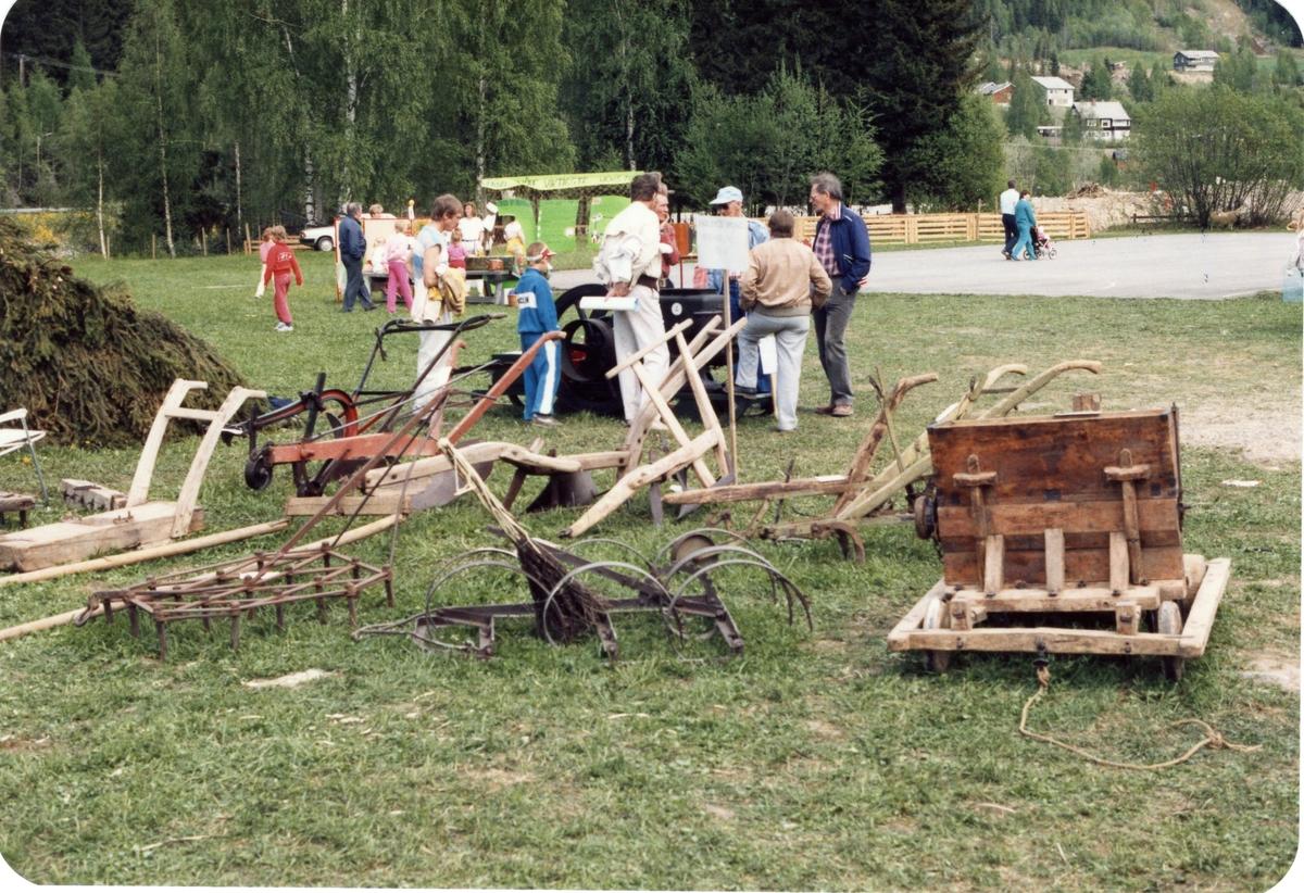 Jordbruksreiskap frå Bagn Bygdesamling på Landbruksdagane på Fossvang i 1986.