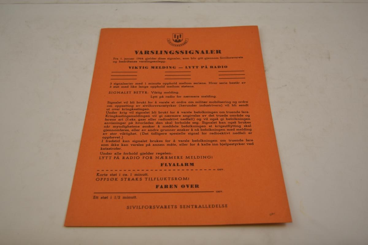 Beredskapskasse for Kristiansand jernbanedistrikt. Innhold; Sirkulærer, standardskjemaer for utfylling, diverse reglement og veiledning for militærtransport på jernbane, erkjennelser, oversikt over varslingssignaler, tjenesteskrifter mm.