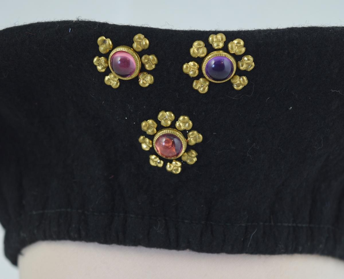 3 smykkesteiner i messingfarget innfatning.