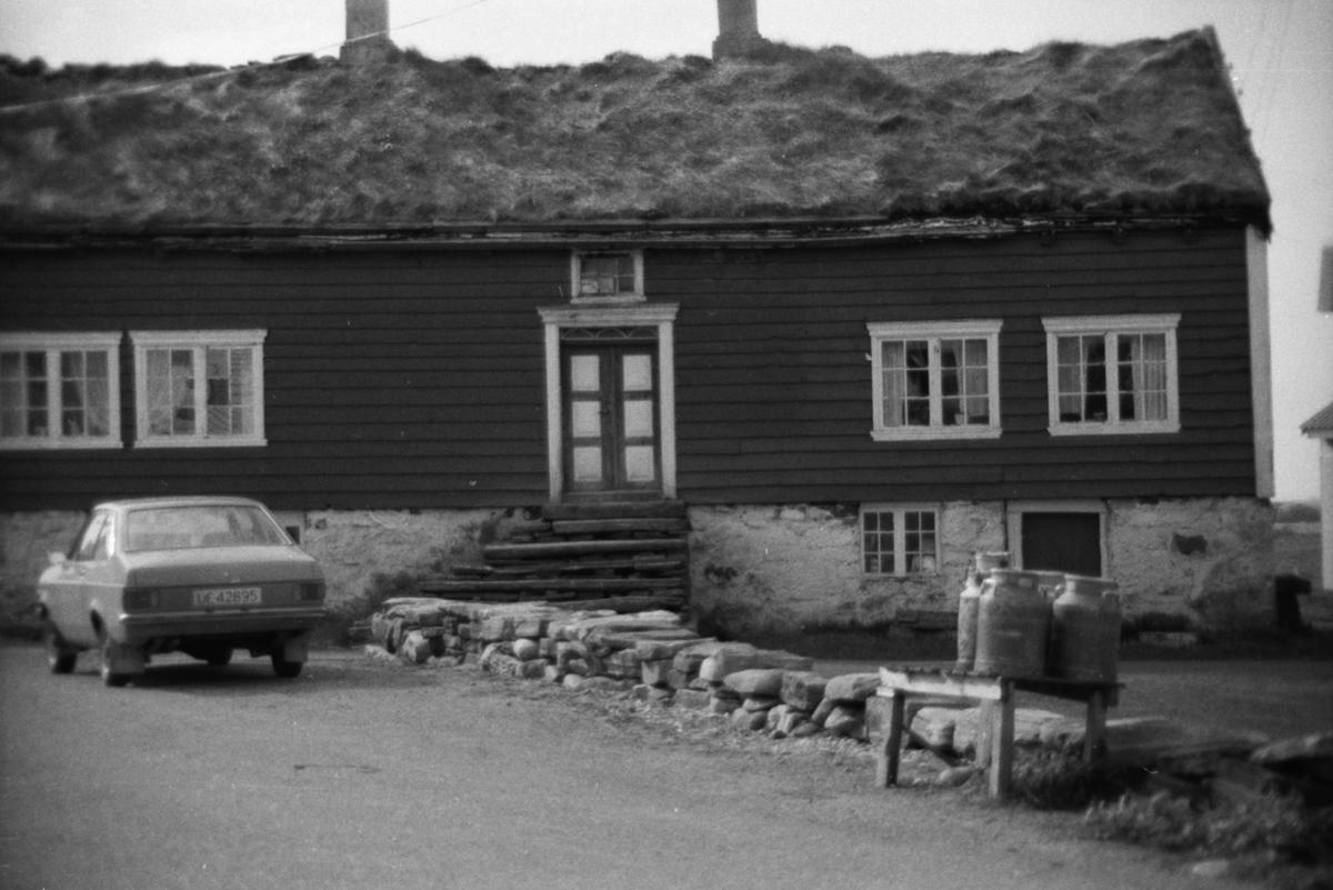 Dokumentasjonsbilder i serie av et gammelt våningshus på Molnes, Vigra.