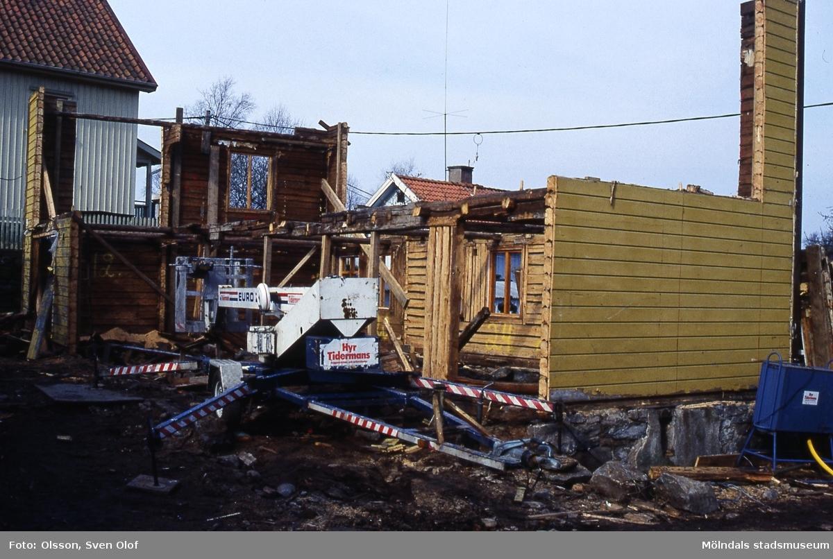 Gunnar Lövqvist forsätter att riva Roten M 33 trots att kommunens byggnadsinspektör förbjudit detta. Mölndal, 12/4 1989. Kv 5:25.