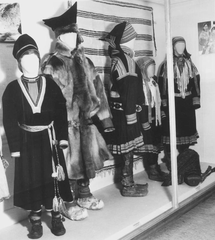 Utstillingsdukker ned samiske drakter.