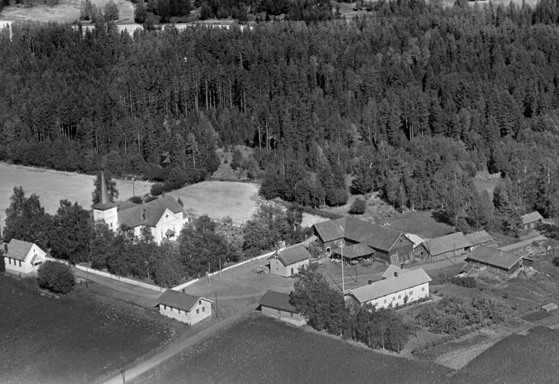 Flyfoto tatt i 1955 av gården Tomter i Vallset, hvor låven sto fra 1860 til den ble flyttet  på museum på Domkirkodden i 1991. (Foto/Photo)